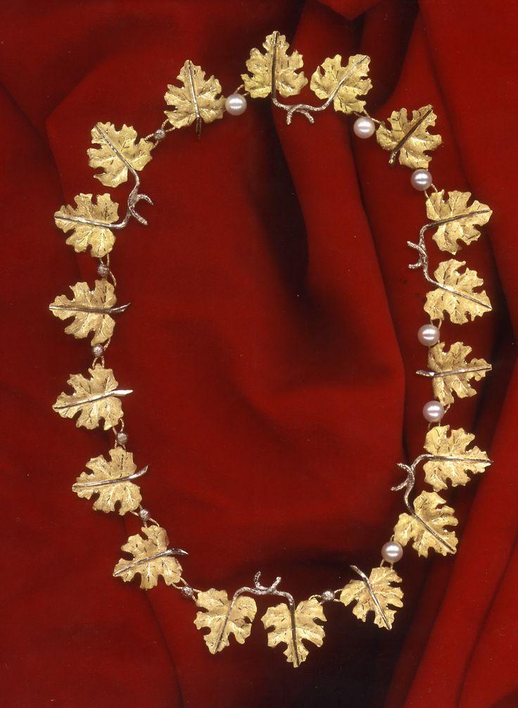 Collana con foglie in oro sbalzato e inciso, con perle
