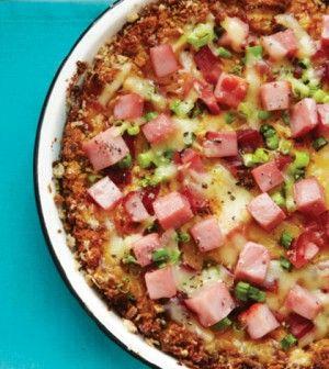 Egy igazi clean sonkás-sajtos pite recepjét osztjuk meg most nektek, amit viszonylag olcsón és gyorsan elkészíthetsz. Tápanyagok 1 adagban Kalória:191, Protein:23g,Szénhidrát:12g,ebből cukor: 5g, Zsír:5g, Rost: 1g, Nátrium:562mg, Koleszterin:90mg 4adag80 perc•kb 900 Ft. Összetevők: 2 szelet teljes kiőrlésű kenyér, apróra vágva 1 nagy tojás és 5 nagy tojásfehérje 1 1/2 csésze házitej 15dkg alacsony nátrium-nitrát-mentes sonka, [...]