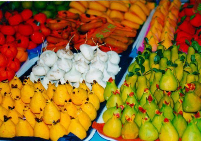 Atractivas, coloridas y suculentas se ven estas frutas que se elaboran con un dulce muy similar al jamoncillo, hecho por lo regular en el sur del estado de México, si bien tiene azúcar, el ingrediente básico es la pepita de calabaza que le da un sabor y consistencia suave y exquisita. Elaboran todo tipo de frutas y el coloreado se hace con pigmentos vegetales.