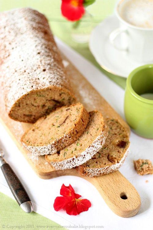 Cukiniowy chlebek z daktylami / kiszone ogórki
