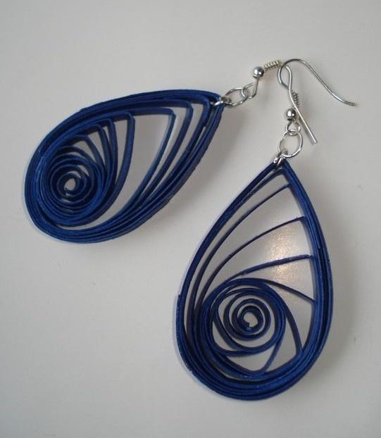 Una mia creazione: orecchini di carta a forma di goccia.