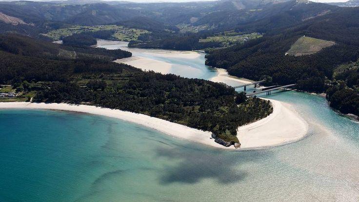 Playa de Arealonga, en O Vicedo, Lugo, cuenta con un extenso paseo de arena blanca y fina entre la Ría de O Barqueiro y la de Viveiro.