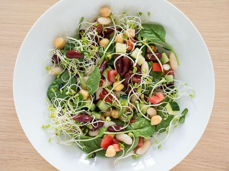 Here's another healthy vegan salad that's really cheap and easy to make. Chickpeas and beans might not be the most exciting foods but it's actually very nice to mix them together in a salad. Especially combined with crispy spinach leaves and fresh vegetables like tomatoes and cucumber. Add some delicious olive oil and you have