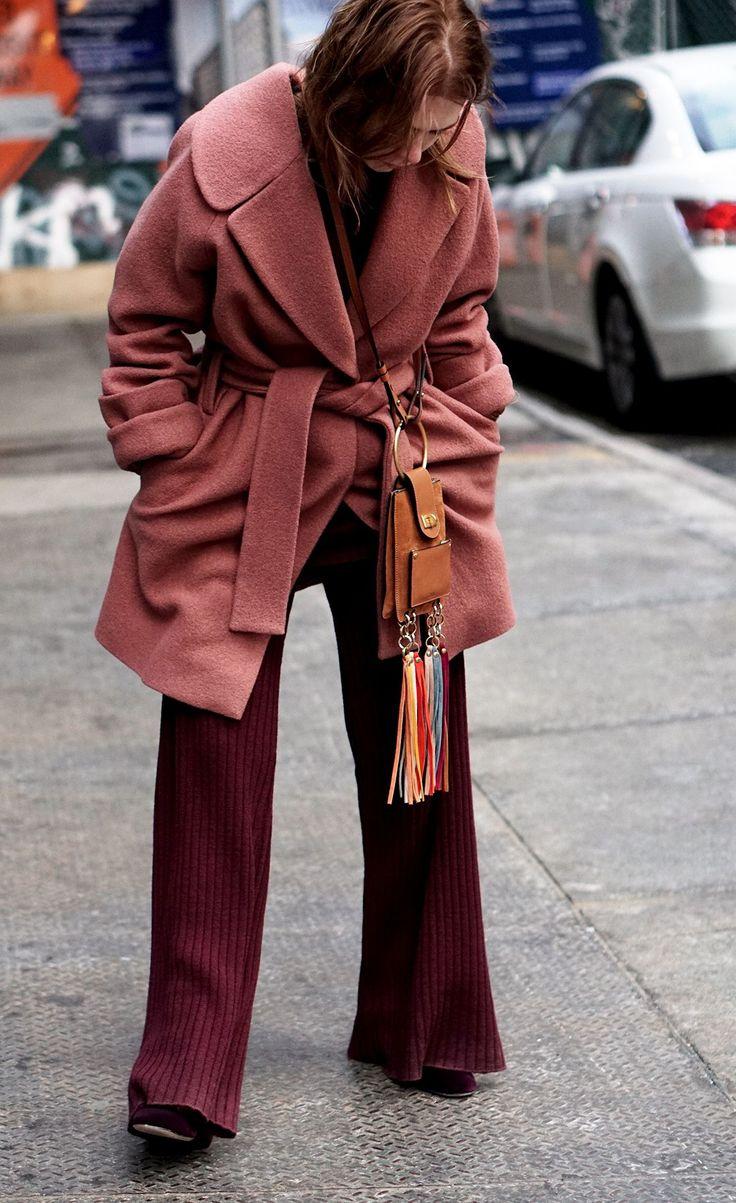 Nu är alla stora modeveckor förbi! Brukar aldrig följa kollektioner osv så mycket men tycker ändå att mode bara blir roligare och att kläder är ett av de absolut häftigaste sätten att uttrycka sig. Jag vet inte om det är att jag blivitmer intresseradellermer modigi hur jag klär mig själv, men det kan vara så att 2017 bjuder på det finaste vi sätt i klädstil på decennier? Lekfullt och färgglatt och 70-tal och fulkul. Får mig att helt vilja sluta bära svart? Tänkte visa erlite kläderjag…