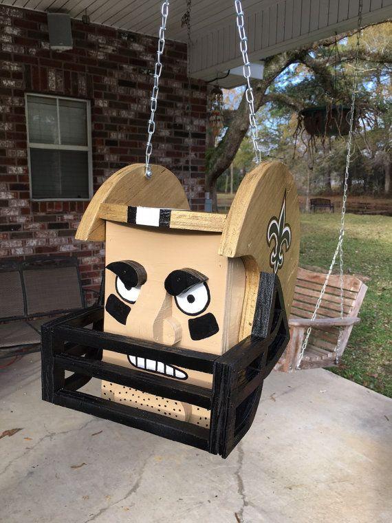 New Orleans Saints casco colgante Maceta Bien construido - clavado y pegado Plantador de rociado con 2 capas base de Krylon y detallado con las pinturas de acrílico Rocía con Spar Urethane para la protección al aire libre Cadenas para colgar se incluyen Dimensiones sean 12.5 secundaria,