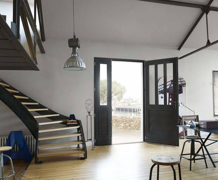 Découvrez les portes d'entrée en PVC, bois, et aluminium de Solabaie. Créées sur-mesure dans nos usines en France, elles sont esthétiques et performantes!