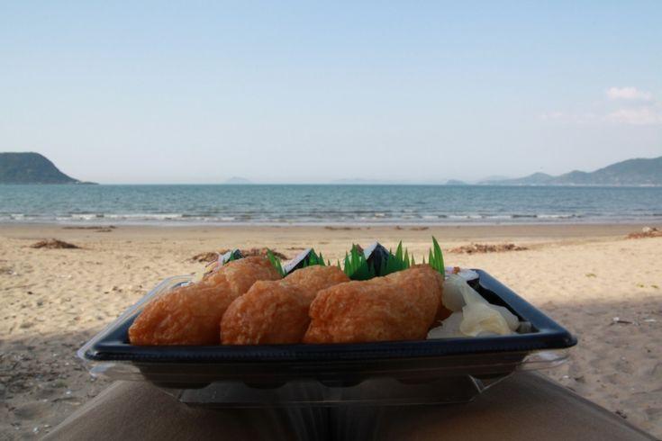 Sushi vor dem Strand und Meer