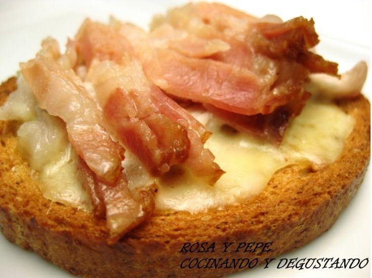 INGREDIENTES PARA 4 MONTADITOS 4 Tostadas integrales 4 Lonchas de queso manchego 4 Filetes finos de lomo 4 Filetes finos...