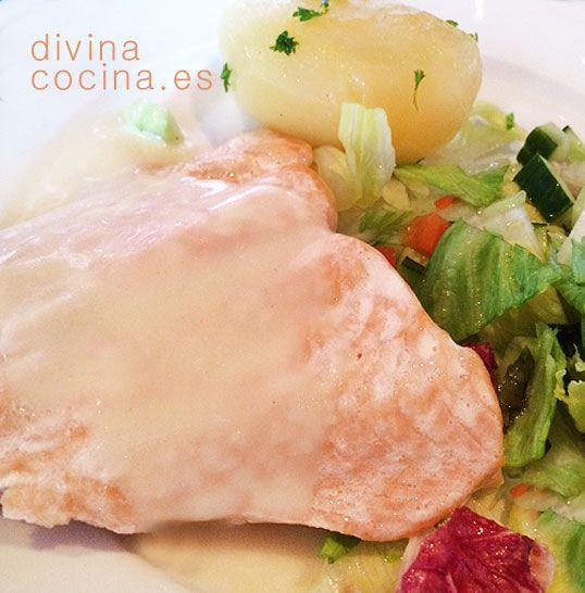 Este salmón a la crema es muy fácil de preparar y es un plato perfecto para invitados y ocasiones especiales. Si quieres puedes sustituir el vino blanco por un cava o un espumoso fresco y suave.