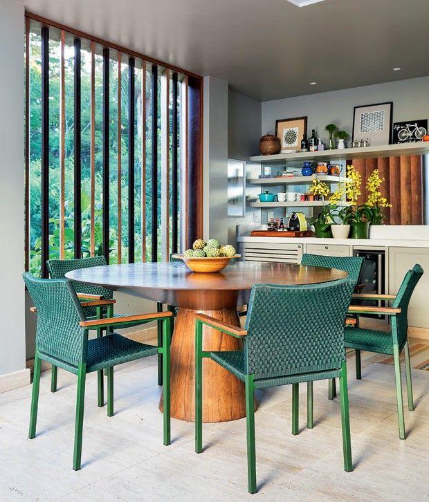 Espaco-gourmet-piso-de-marmore-travertino-romano-bruto-mesa-cadeiras-brises-peroba-do-campo (Foto: MCA Estúdio/Divulgação)