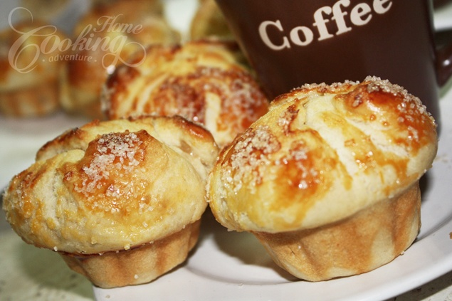 Fresh baked brioches with peach and cinnamon flavor interior, and crunchy sweet exterior. Perfect to start your day with along a cup of milk or coffee.
