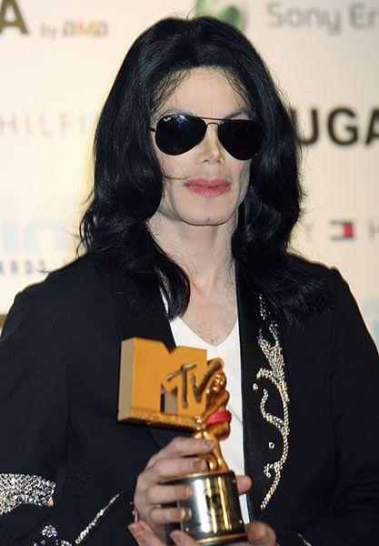 The Legend The King of Pop holds his Legend Award at the 2006 MTV Video Music Awards in Tokyo, Japan  | Curiosities and Facts about Michael Jackson ღ by ⊰@carlamartinsmj⊱
