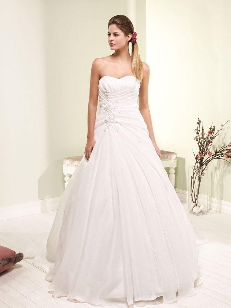 Lavendula- A vonalú, hófehér esküvői ruha, letisztult vonalvezetéssel.