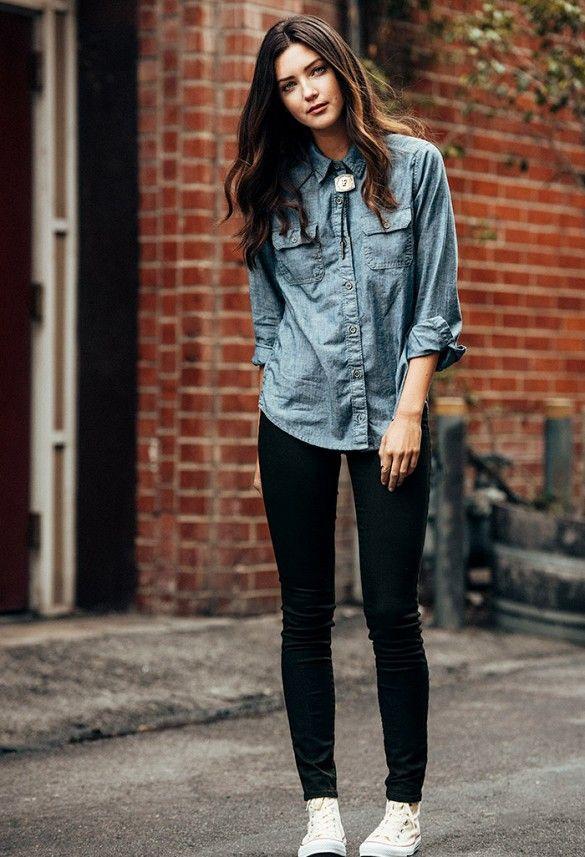 Camisa vaquera, jeans negros y zapatillas