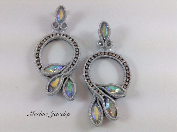FANTASY Orecchini finemente lavorati a mano in tecnica soutache, composti da piattine e strass argentati, cabochon e cristalli trasparenti.