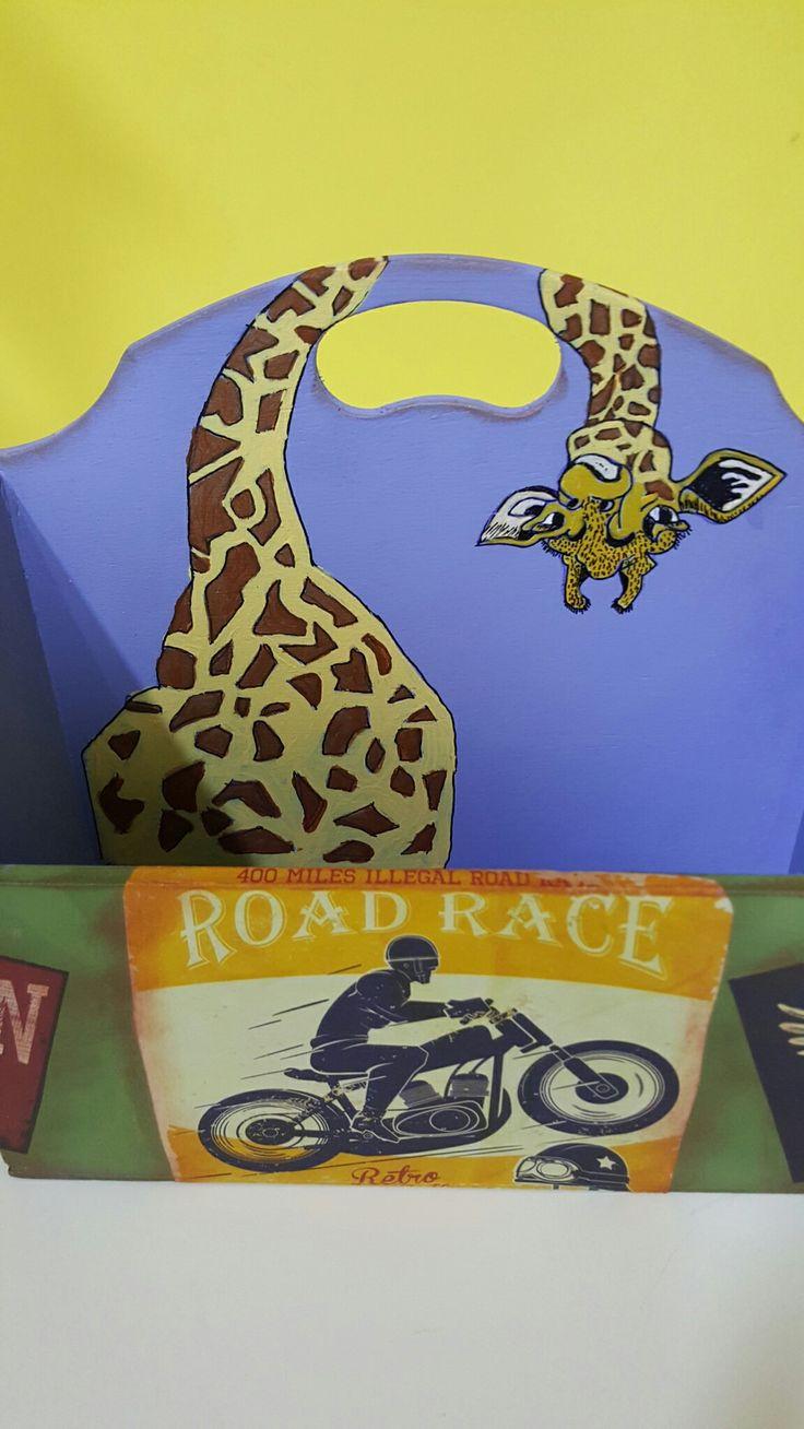 Caja para mandos con jirafa pirograbada y papeles de scrap, realizado en Manualidades El Cascabel por Alicia Miguel
