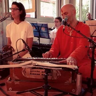 Swami Kurunandha singing a #Kirtan dedicated to #Sri #Ram during the evening…