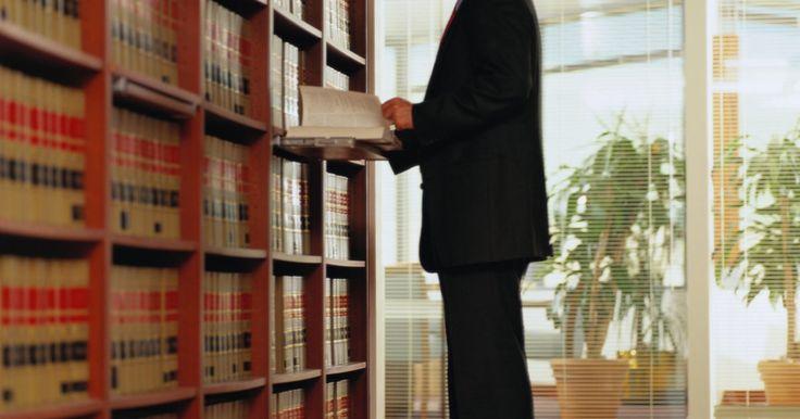 """Qué puedes hacer con una licenciatura en criminología. De acuerdo con los """"Principios de Criminología"""" del Dr. Edwin Sutherland, """"la criminología es el conjunto de conocimientos sobre el crimen y la delincuencia como fenómeno social. Incluye dentro de su ámbito de aplicación a los procesos de elaboración de las leyes, quebrantamiento de las leyes y reacción a la ruptura de las leyes"""". Un grado de ..."""