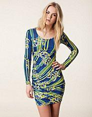Vedda Dress från Versace Jeans. Långärmad klänning från VERSACE JEANS. Mönstrad modell med dold dragkedja i sidan. Rundad halsringning samt ...