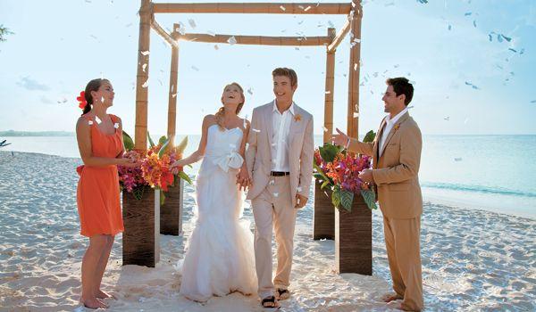 Piedi che affondano nella sabbia e tanto romanticismo. Matrimonio in spiaggia? Sì, lo voglio!