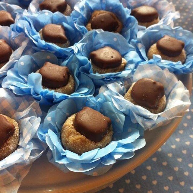 Brigadeiro de caramelo com biscoito amanteigado coberto com chocolate #docinhosfinos #doces #chádebebê #vanessisses #brigadeiro
