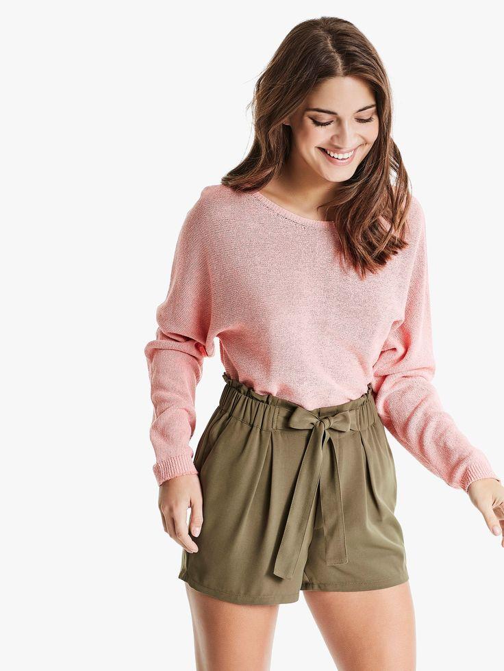 Shorts med høyt liv og knytebelte. Vevet materiale, bred strikk i midjen og lommer i siden.   Mørk grønn