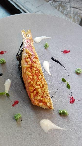 Triglia rossa in crosta di pane con fregola risottata al nero di seppia e salsa di mozzarella affumicata - ricetta inserita da Carlo Spina