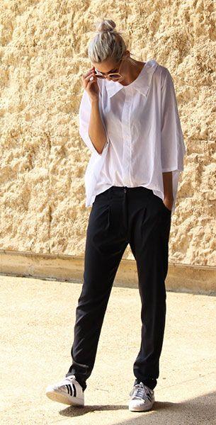 รองเท้า Adidas สีขาวแถบดำ, เสื้อเชิ้ตสีขาว Kowtow, กางเกงสีดำ Dutchess, แว่นตากันแดด Zerouv