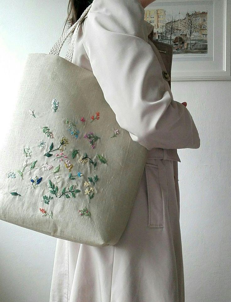 Vyšívaná+lněná+kabelková+taška+Ušila+jsem+lněnou+tašku,na+kterou+jsem+vyšila+barevné+květy.+Květiny+jsou+pestré+a+dodají+tašce+jedinečnost.+Je+silně+vyztužená,+ušitá+ze+100%lněné+látky+vyšší+gramáže+v+béžovém+odstínu,+podšívka+je+nádherná+designová+bavlněná,+s+vnitřními+kapsičkami.+Ucha+jsou+bavlněná+splétaná,+délka+ucha+47+cm.+Každý+můj...