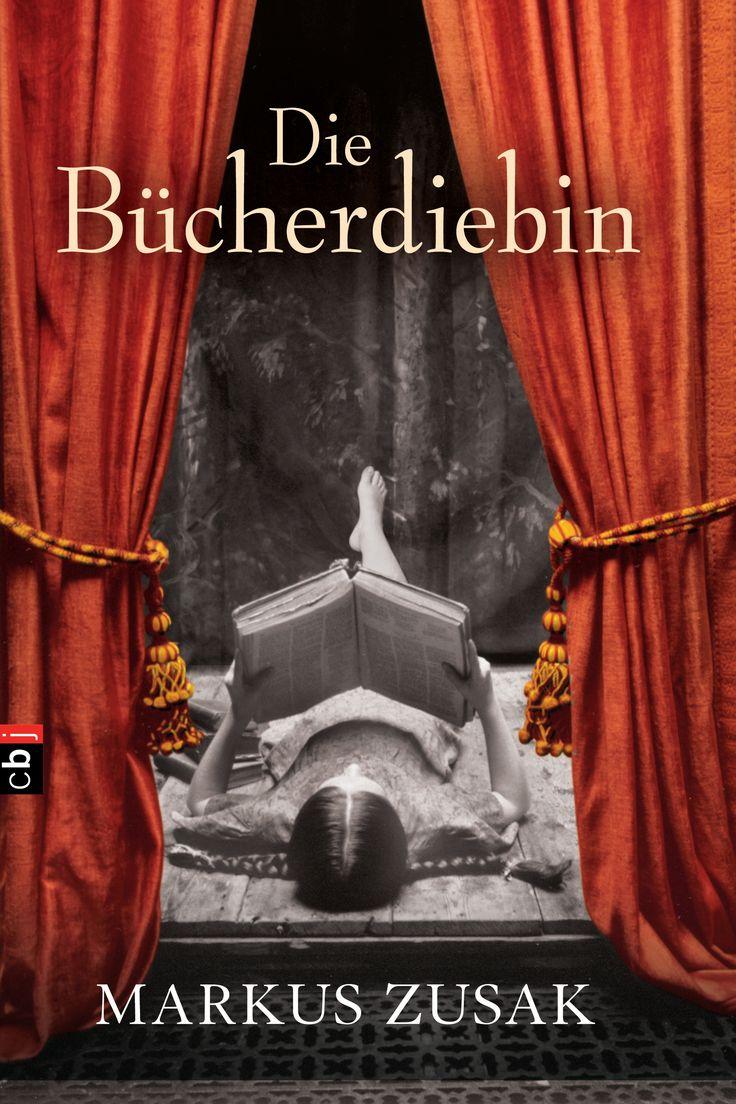 Inhalt Selbst der Tod hat ein Herz … Molching bei München. Hans und Rosa Hubermann nehmen die kleine Liesel Meminger bei sich auf – für eine bescheidene Beihilfe, die ihnen die e…