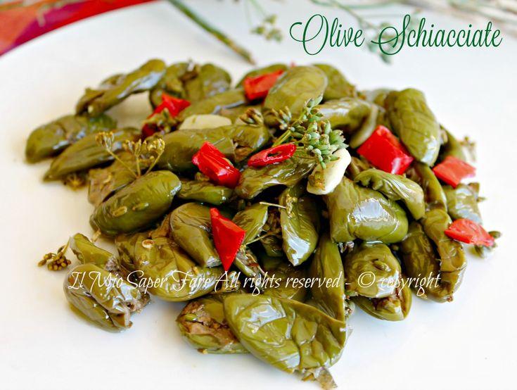 Olive schiacciate sotto olio profumate e croccanti. Deamarizzate in acqua, vengono condite con aglio, peperoncino, finocchietto e olio evo. Ricetta antica