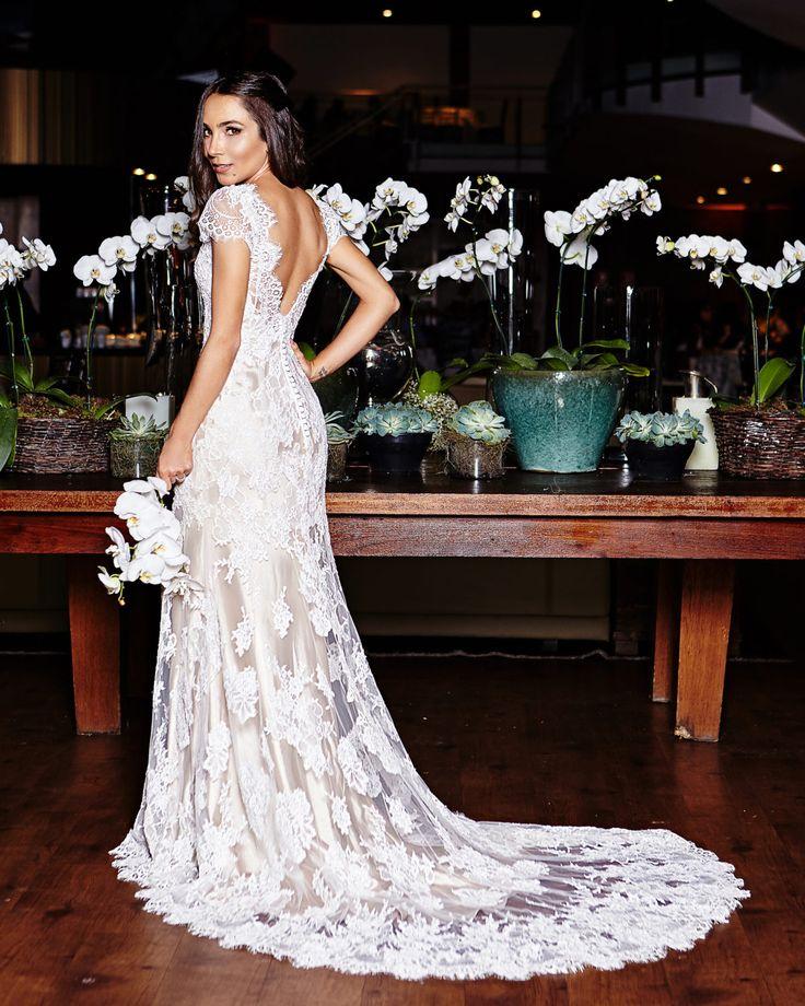 Lalá Noleto de vestido de noiva com costas abertas e todo rendados