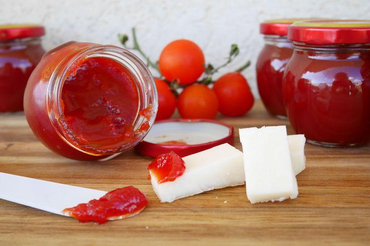 La confettura di pomodori è un ottimo modo alternativo alla salsa di conservare i pomodori, che per ora sono dolcissimi e succosi, per l'inverno. La confet