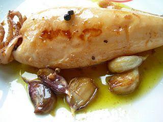 Los calamares en aceite son una de las recetas típicas de la cocina almeriense, los calamares cocinados así están exquisitos…el único problema es que el aceite está para mojar y no parar. Ingredientes, para 2 2 Calamares frescos 2 hojitas de laurel Unos dientes de ajo Unos granos de pimienta Aceite de oliva virgen extra