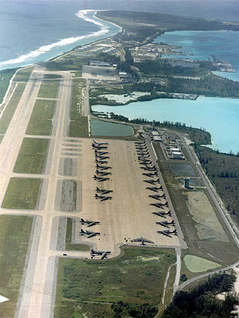 Vue de l'atoll de Diego Garcia. Piste d'atérissage avec les bombardiers B52 et les infrastructures de la base en arrière plan.
