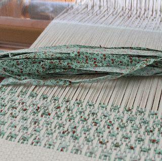 ... Tissu en trame sur fils de chaines de grosseurs differentes