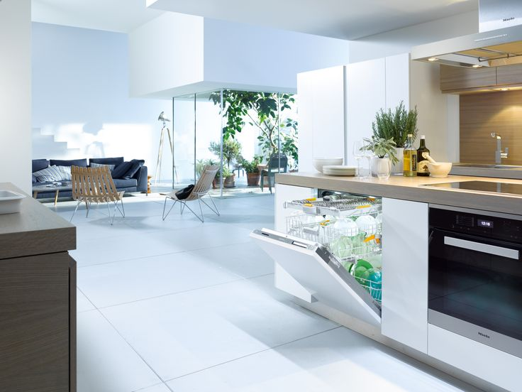 Smooth, sleek and minimal, this open plan space features integrated Miele appliances including the Miele G6997 SCVi XXL Knock 2 Open Dishwasher so as not to interfere with the clean lines of the worksurfaces and cabinets #kitchendesign