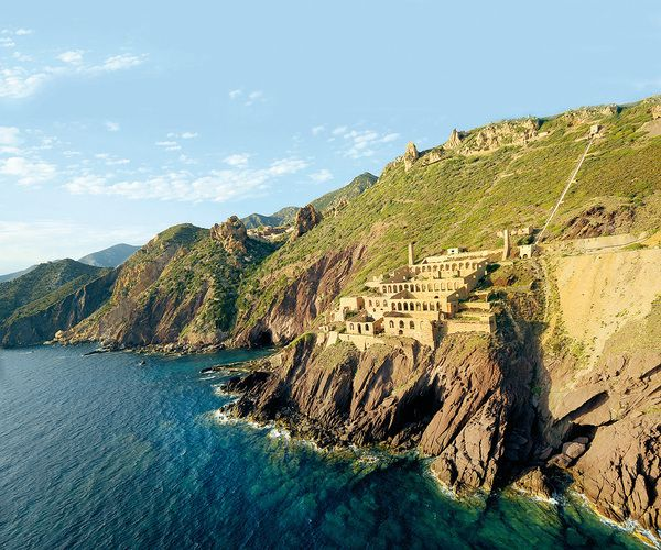 Livin' On The Edge: The Precarious Architecture of 7 European Cliff Cities | Atlas Obscura
