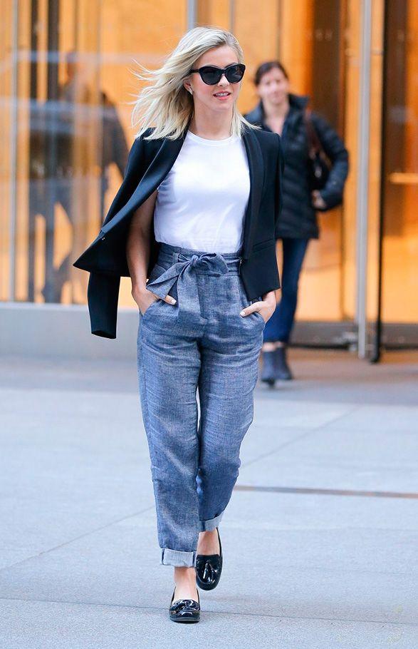 Minimalista e boyish no mesmo look? Julianne Hough mostra que é possível misturando os combo básico de calça alta, blusa branca e blazer preto com o oxford masculino envernizado.