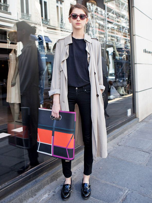 Black jeans, black tee, beige trench, color-block bag, black loafers ☑️