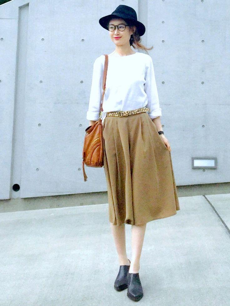 白トップスに茶色のガウチョパンツ:  茶色(カーキの)スカート見えガウチョパンツ。 フィット&フレアのシルエットが女性らしい