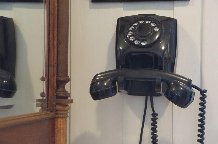 Selv om den ikke er kompatibel med dagens telefonnet, er den dekorativ i gange. Mine foreldres gamle bakelitt-telefon.