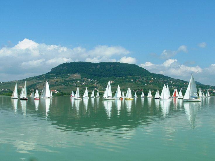 Segelboote vorm Badacsony - dem höchsten Zeugenberg im Tapolca-Becken am Balaton.