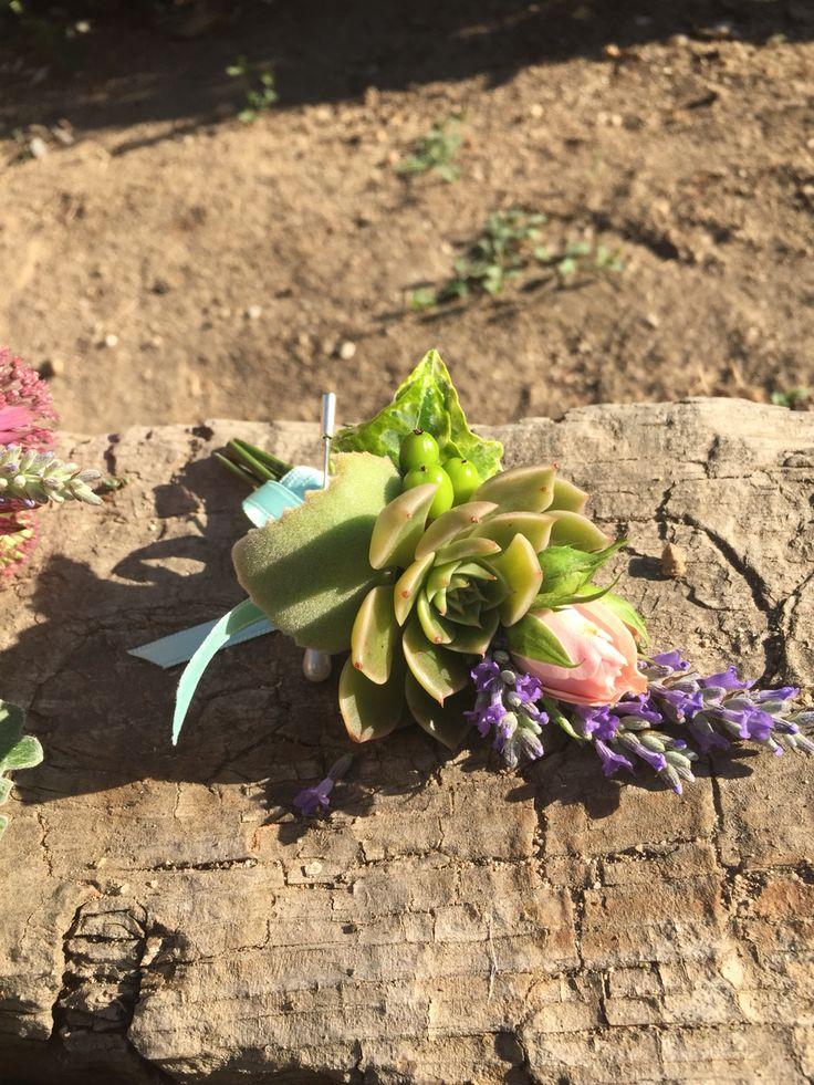 #boutonnier de solapa con #planta #crasa #suculenta para novio #bohemio