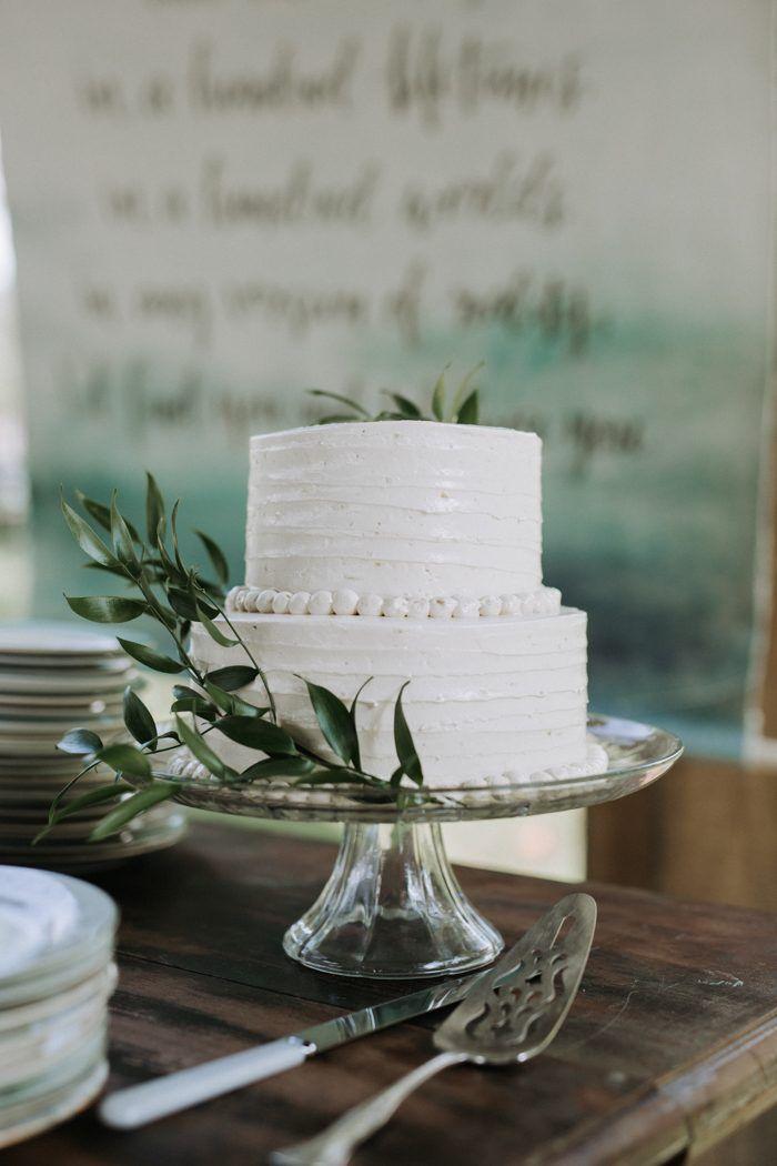 Einfache zweischichtige Hochzeitstorte mit grüner Dekoration   Bild von Sheila Nolt …   – Elegant Wedding Inspiration