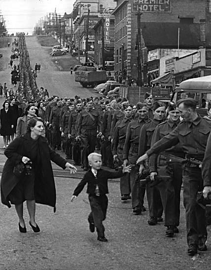 goodbye. this makes my heart ache.History, Photos, Wait, October, Fathers, 1940, Photography, Little Boys, British Columbia