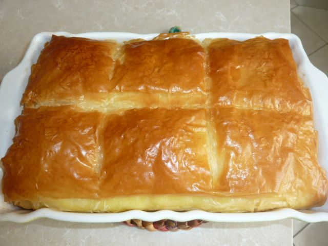 Το γαλακτομπούρεκο είναι ένα από τα πιο γνωστά γλυκά της ελληνικής κουζίνας, φτιαγμένο με φύλλο κρούστας, κρέμα από σιμιγδάλι και σιρόπι με άρωμα λεμόνι. Η συνταγή που σας δίνω γίνεται με κρέμα ζαχαροπλαστικής. Αυτή είναι μια πιο σύγχρονη έκδοση του γαλακτομπούρεκου που είναι πολύ διαδεδομένη τα τελευταία χρόνια.