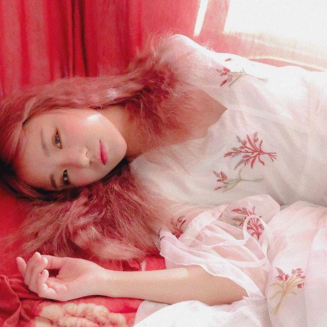2017 능소화 #instagood#portrait #look Styling & Makeup & Photographer @scherzando_artwork (촬영문의) Hair color by @unique_by_anna . . #mood#분위기#그림#몽환#red#유화#색감#따뜻#포근 #오후#휴식#여유#빛#light#dream#꿈#love#핑크#염색 #lovely#러블리#헤어#펌#perm#styling#볼터치#pink
