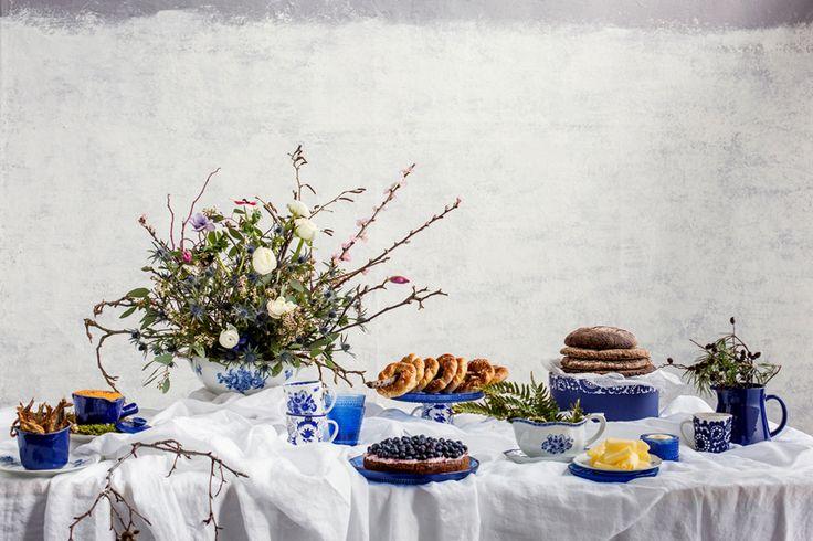 Juhlapöydässä sekoitimme iloisesti uutta ja vanhaa Arabiaa vuosien varrelta. Stailaus: Minna Lilja / Jatta Heinlahti, kuvat: Johanna Levomäki