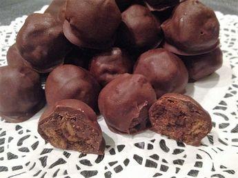 Τρουφακια πορτοκαλι με σοκολατα γαλακτος 400γρ κεικ σοκολατας τριμμενο 1 φλυτζανι σιροπι με πορτοκαλι 2 κ.σ γεματες μερεντα 1/4 φλυτζανιου κονιακ η χυμο πορτοκαλι 300γρ κουβερτουρα γαλακτος για την επικαλυψη Εκτέλεση Σε ενα μπωλ ανακατευουμε ολα τα υλικα μεχρι να εχουμε μια